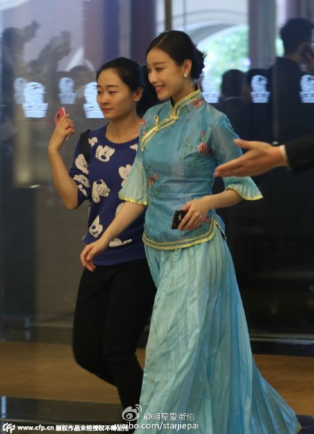 vay-cua-phu-dau-angelababy-giong-hang-gia-re-tren-mang