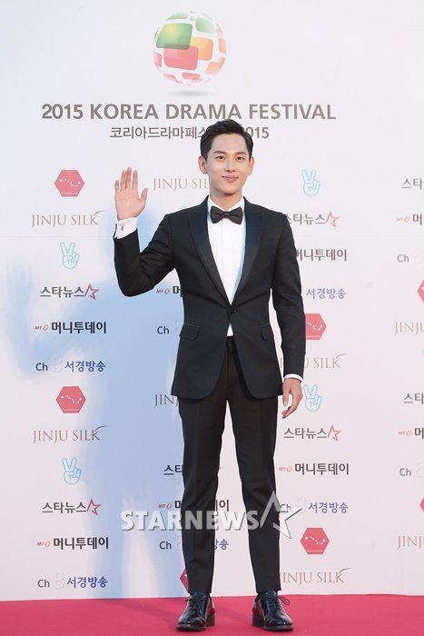 dan-sao-han-dien-do-da-hoi-long-lay-du-korea-drama-awards-10