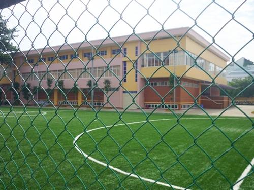 Sân được lắp đặt dàn đèn và lưới bảo vệ xung quanh.