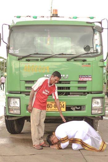 Kalangnalong quỳ gối trước xe rác của cha.
