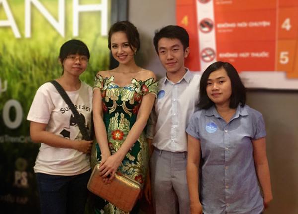 Đạt, nữ diễn viên Đinh Ngọc Diệp (thứ 2 và 3 từ phải qua) và hai thành viên của nhóm.