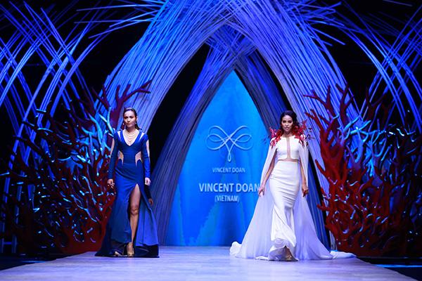 Đêm thứ hai của Tuần lễ thời trang quốc tế Việt Nam 2015 mang đến bộ sưu tập ấn tượng của 6 nhà thiết kế. Trong phần trình diễn của nhà thiết kế Vincent Đoàn, Á hậu Hoàng My và Phạm Hương dẫn khán giả xuống thế giới dưới lòng đại dương thám hiểm thủy cung.Lấy sắc xanh làm chủ đạo, sân khấu trình diễn được nhà thiết kế trang trí với tiểu cảnh san hô đỏ hai bên, càng làm nổi bật tinh thần của bộ sưu tập.