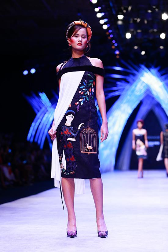 Bộ sưu tập mở màn với các thiết kế áo dài rồi đến trang phục ứng dụng thường ngày tạo nên một trình tự, giúp người xem cảm nhận được sự thay đổi của người Phụ nữ Việt Nam qua các bối cảnh xã hội và qua đôi mắt của Nghệ thuật.