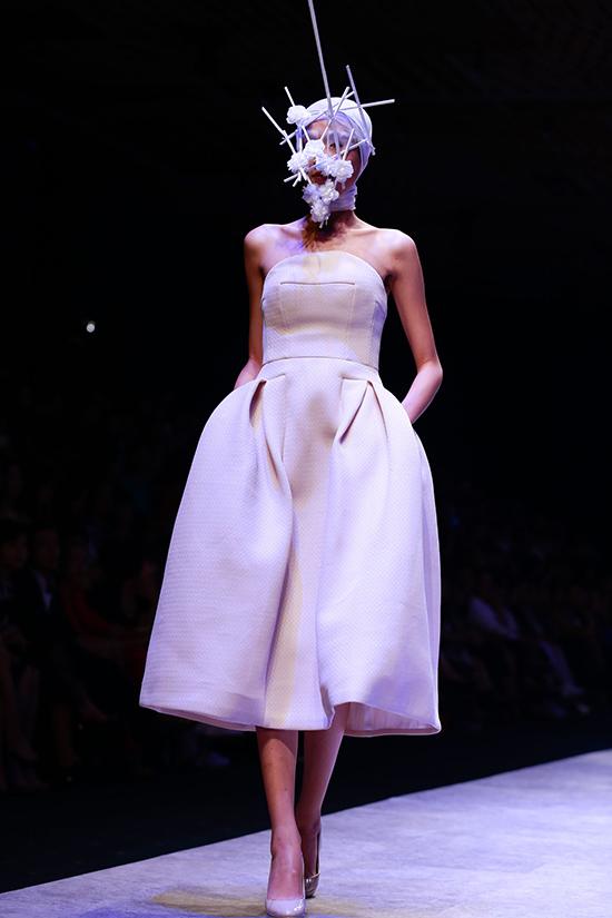 Phom dáng 3D vượt qua các quy chuẩn thông thường của thời trang vẫn là thế mạnh và là dấu ấn của Hoàng Minh Hà trong làng mốt Việt. Với bộ sưu tập The Limit trình diễn trong đêm thứ 2 này củaVietnam International Fashion Week