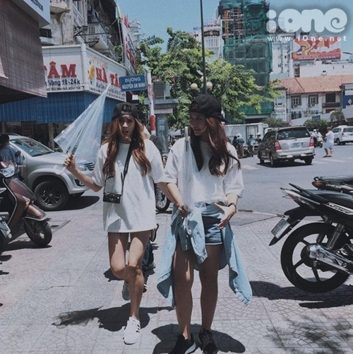 Chanya vẫn còn đang đi học nên bạn không dành nhiều thời gian ở Việt Nam được. Khả Ngân đã đưa bạn mình ra phố đi bộ Nguyễn Huệ chơi đùa, ăn kem, ăn những món ăn vặt tại Sài Gòn.