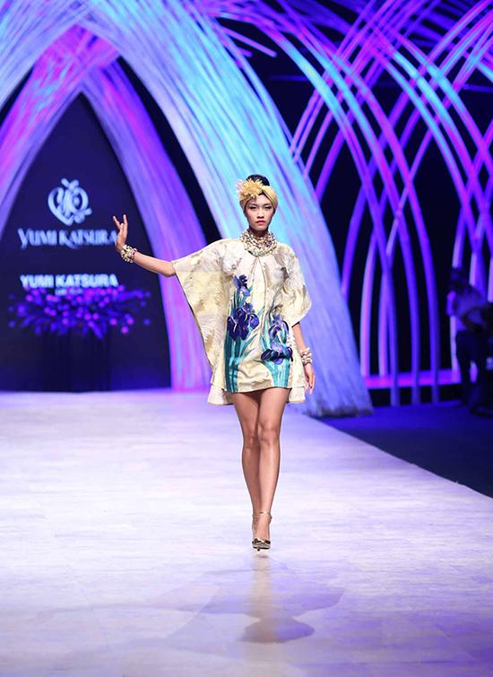 """Lần đầu đến Việt Nam, """"bà hoàng áo cưới"""" Yumi Kastura đã khiến giới mộ điệu tại Tuần lễ thời trang quốc tế Việt Nam 2015 mãn nhãn với những thiết kế vô cùng hoành tráng và tinh xảo."""