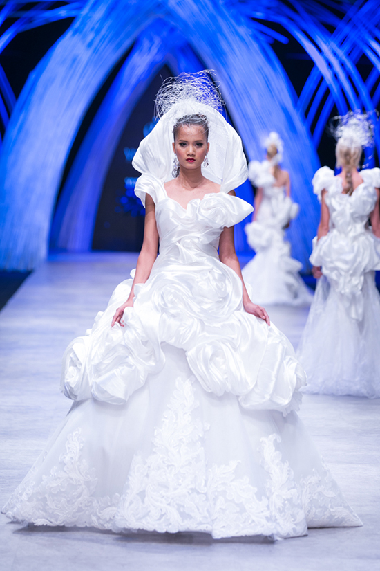 Những người mẫu mặc váy cưới lộng lẫy mang ánh sáng huyền bí của những hạt đá phát ánh sáng từ kim loại platinum, ngọc trai trắng, pha lê Swarovski&