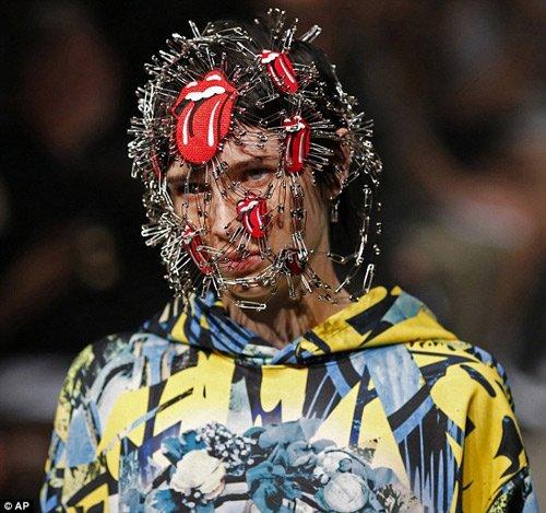 Chỉ mới bước sang ngày thứ 3 nhưng Tokyo đã chiêu đãi người hâm mộ bằng những bộ sưu tập đẹp mắt, cách tân và không thể trộn lẫn. Điển hình là show thời trang của thương hiệu Plastic Tokyo ngay trong ngày đầu tiên.