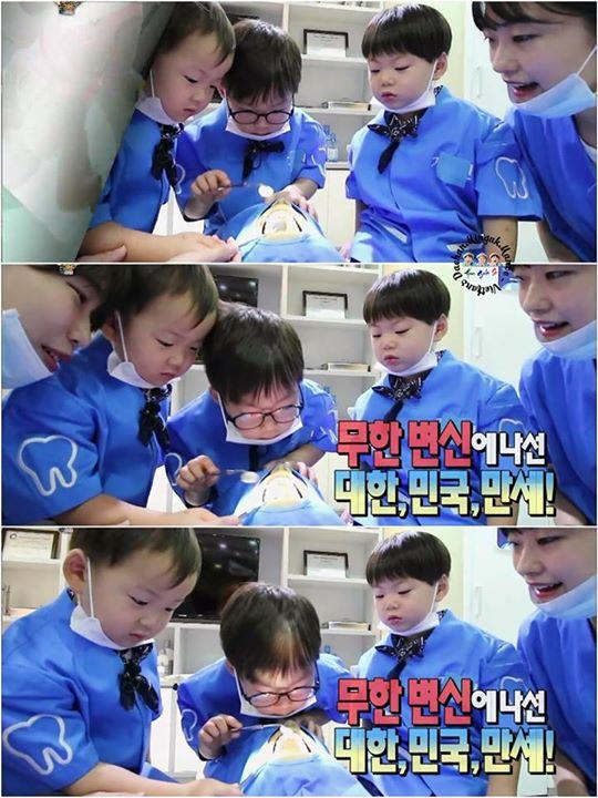 Các cậu bé thử sức với công việc bác sĩ nha khoa, mặc trang phục xanh, đeo khẩu trang. Dae Han đeo kính, chững chạc giống với hình ảnh một bác sĩ nhất.