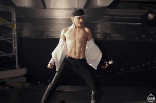 chan-yeol-xiu-min-tu-gay-go-thanh-trai-co-bap-sexy-6