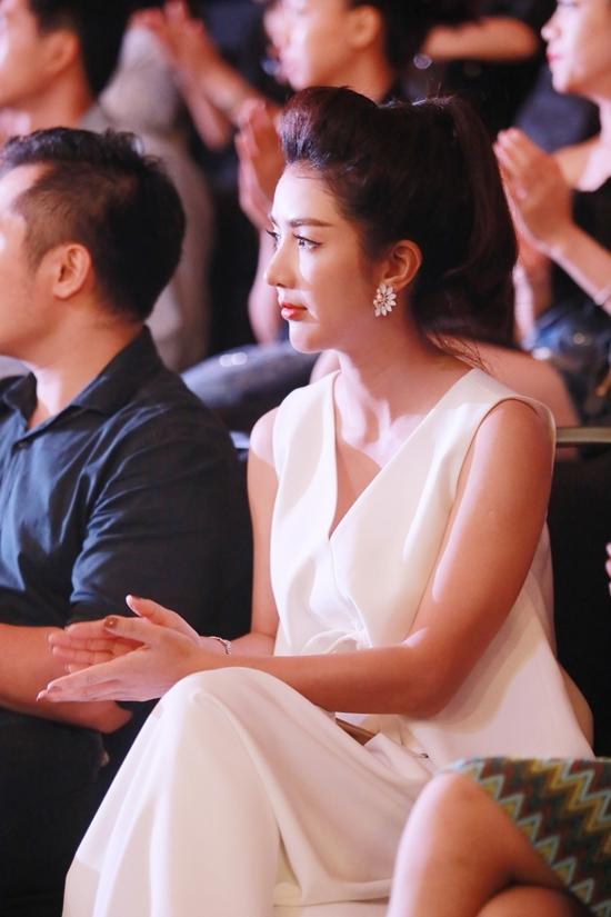 Linh Napie chăm chú theo dõi các màn trình diễn.