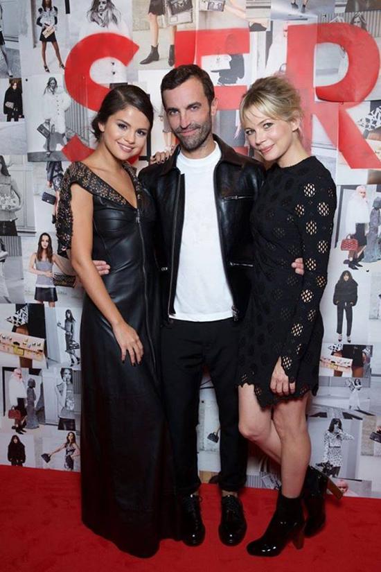 Buổi triển lãm còn có sự tham gia của hai ngôi sao nổi tiếng là Selena Gomez và diễn viên Michelle Williams. Họ đều là những người bạn thân thiết của nhà thiết kếNicolas Ghesquiere
