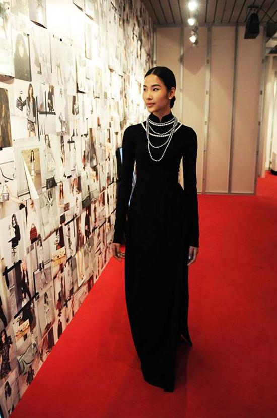 Triển lãm Louis Vuitton Series 3 là cơ hội hiếm có để giới điệu mộ tiếp cận những nguồn cảm hứng của NTK Nicolas Ghesquiere và phong cách của nhà mốt trứ danh. Đây là chiến dịch quy tụ hai nhiếp ảnh gia nổi tiếng thế giới là Juergen Teller bà Bruce Weber để quảng bá cho Bộ tập Thu- Đông 2015-2016.