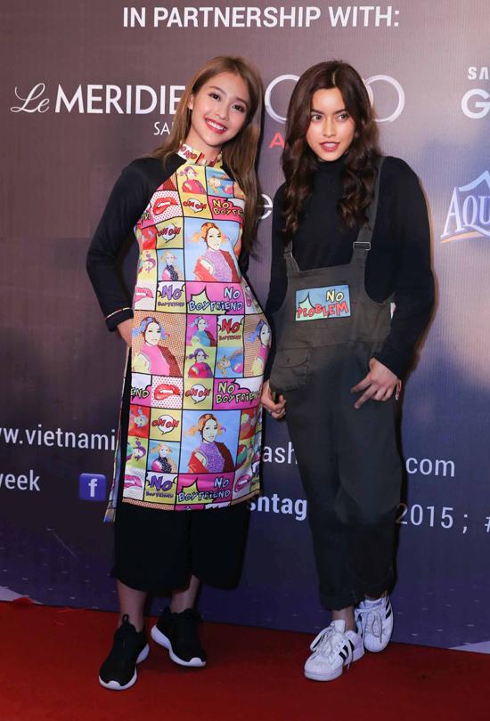 """Sánh đôi dự tiệc cùng Khả Ngân là cô bạn thân người Thái Lan Chanya Sawadivichaikul. Hai cô nàng tiếp tục diện đồ đôi phá cách, lăng xê slogan """"No boyfriend no problem"""" là tuyên ngôn thể hiện được yêu thích gần đây."""