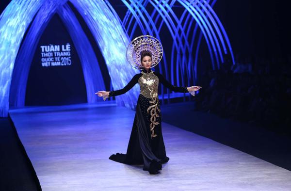 Tuần lễ thời trang quốc tế Việt Nam 2015 đã diễn ra thành công. Đêm bế mạc diễn ra tối qua với sự tham gia của hàng nghìn khách mơì, nhân vật nổi tiếng trong giới thời trang. Mở màn chương trình, Thanh Hằng xuất hiện trong bộ áo dàivới hoạ tiết dát vàng tinh xảo
