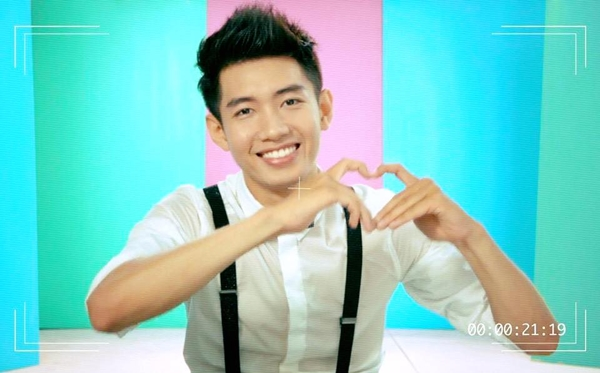 Quang Đăng tạo hình trái tim gửi lời chúc tới phụ nữ nhân ngày 20/10.