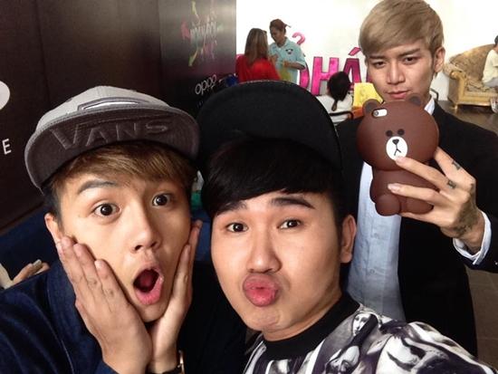 Bộ ba Duy Khánh - BB Trần - Tiến Công pose hình nhắng nhít khi gặp nhau.