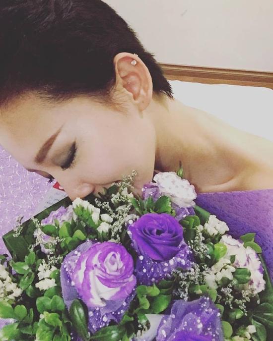 Tóc Tiên e ấp bên bó hoa tím lãng mạn do fan gửi tặng nhân dịp 20/10.