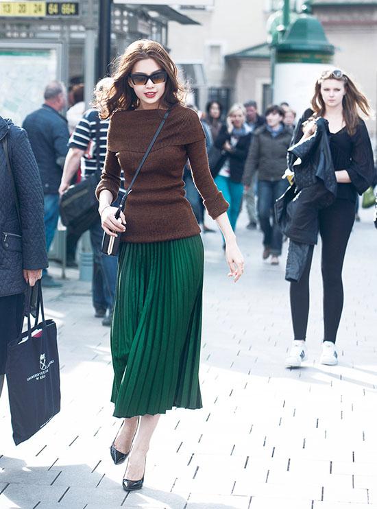 Mới đây, Á hậu Diễm Trang đã có mặt tại đất nước Ba Lan xinh đẹp khi thời tiết vào mùa đông, cô đã tranh thủ diện những bộ cánh thời trang đường phố vô cùng ấn tượng.