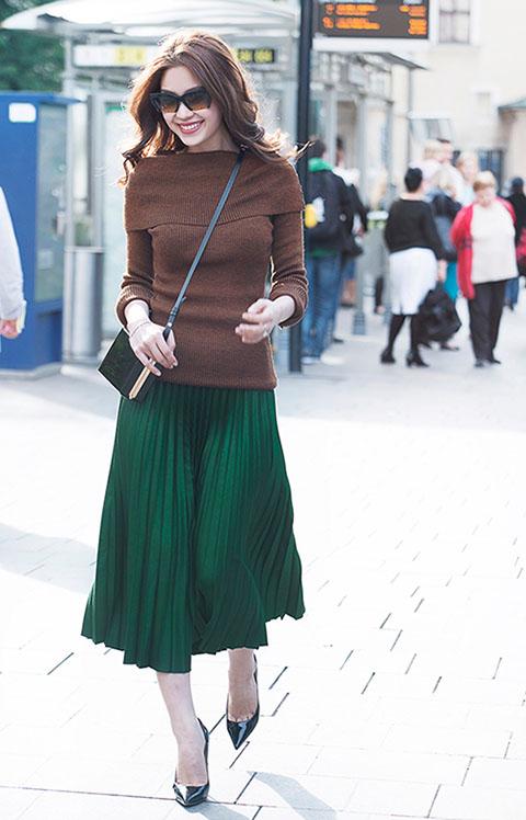 Diện trang phục đơn giản nhưng ở Diễm Trang vẫn toát lên vẻ đẹp rất thời trang, lôi cuốn, cô thu hút nhiều ánh nhìn của người dân trên phố.