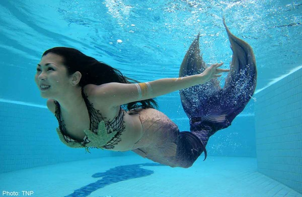 Những chiếc đuôi cá được làm từ nhựa cao su có tính đàn hồi dẻo dai. Khi đeo vào chân, học viên sẽ có cảm giác không khác gì những