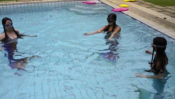 Phần khó nhất của động tác bơi dưới nước là không được chùng đầu gối và chỉ dùng phần eo để chuyển động.