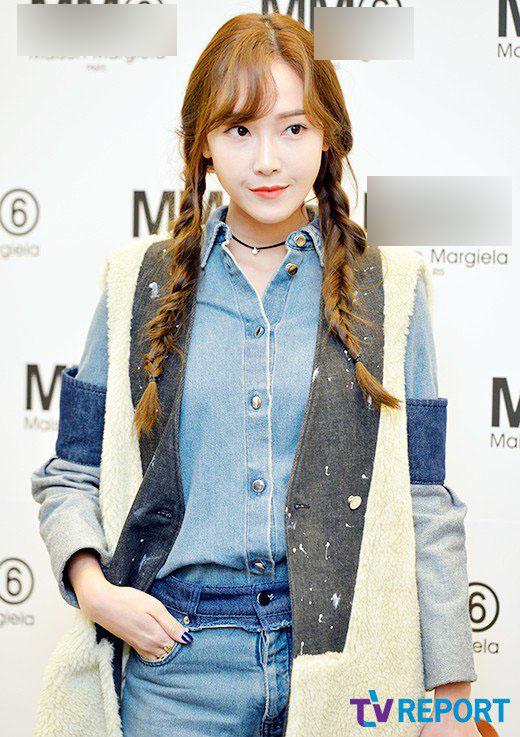 Bên cạnh công việc thiết kế thời trang, Jessica thường xuyên góp mặt tại các sự kiện thời trang, khai trương của hàng ở Trung Quốc và các nước Đông Nam Á. Gu thời trang, make up của nữ ca sĩ được nhiều người ngưỡng mộ. Sắp tới, Jessica sẽ ra mắt thương hiệu mỹ phẩm riêng.