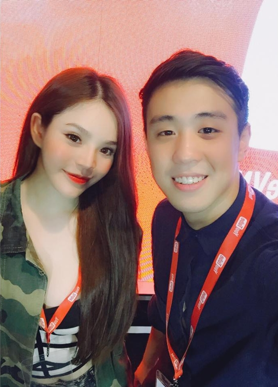 Vlogger HuyMe pose hình cùng hot girl Phương Du.