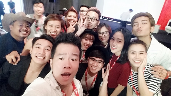 dan-hot-teen-hoi-ngo-thi-nhau-selfie-tai-su-kien-cua-youtube