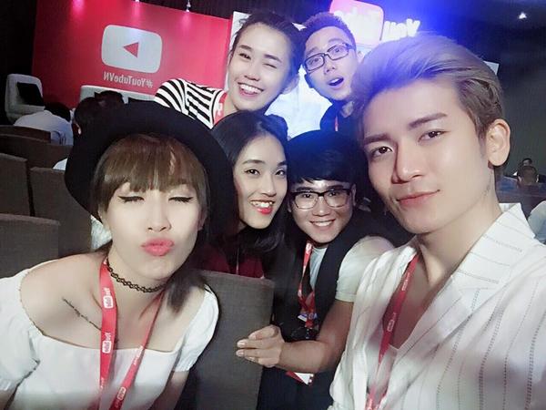 dan-hot-teen-hoi-ngo-thi-nhau-selfie-tai-su-kien-cua-youtube-2