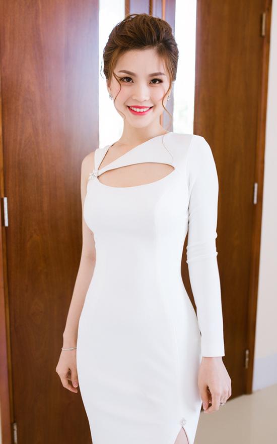 Tại sự kiện, người đẹp gốc Vĩnh Long diện váy trắng được cut out đầy tinh tế của NTK Kim Khanh, Diễm Trang tự tin khoe vóc dáng chuẩn cùng đôi chân thon dài nuột nà. Việc luyện tập thể dục đều đặn đã giúp Á hậu Việt Nam có được vóc dáng chuẩn mực.