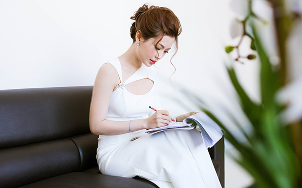 Dù không phải là lần đầu dẫn chương trình nhưng Á hậu Diễm Trang vẫn có chút hồi hộp. Cô chịu khó nghiên cứu kịch bản khá kĩ trước khi event bắt đầu.