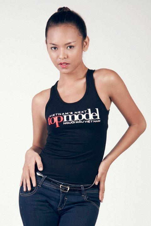 Quỳnh Mai tên thật là Ngô Thị Quỳnh Mai, sinh năm 1995. Cô nàng từng là Quán quân củacuộc thi Tìm kiếm thần tượng Thời trang F-Idol