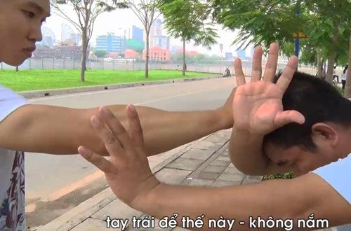 Tư thế của võ sư Lê Hoàng Mai giúp bạn nữ tự vệ khi bị nắm tóc.