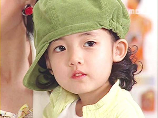"""Jung Da Bin, sinh ngày 25/4/2000, là diễn viên nhí """"nhẵn mặt"""" trên màn ảnh Hàn khi đóng phim từ năm lên 4. Cô nhóc từng là người mẫu quảng cáo khi mới 3 tuổi."""