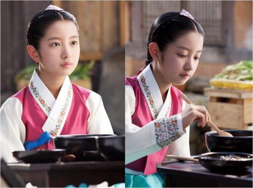 Kim Ji Min, sinh ngày 12/2/2000, bén duyên phim ảnh với bộ phim Bitter Sweet Life năm 2008. Sau đó, Ji Min còn góp mặt trong các tác phẩm đáng chú ý như Tối nay ăn gì?, Goddess of Fire, Pluto Secret Society.