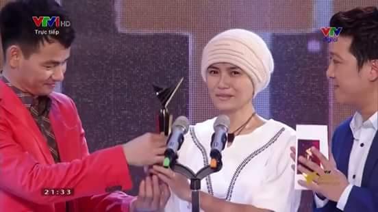 Ngọc Nữ nhận giải Khách mời ấn tượng VTV Awards 2015.
