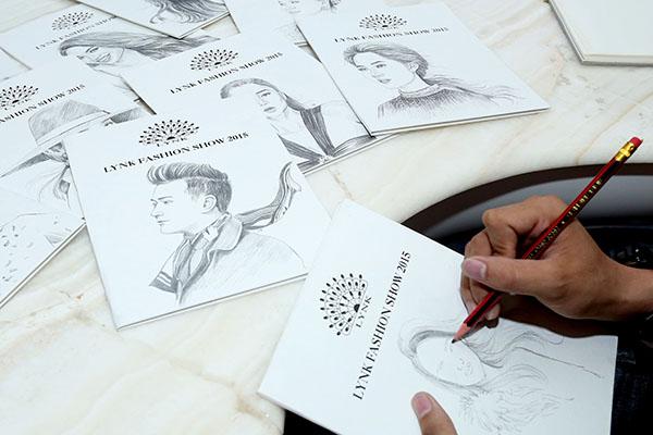 chàng hoạ sĩ trẻ Trần Thiện Sỹ, sinh năm 1989, tốt nghiệp ngành Sư phạm Mỹ thuật, trường Đại học Đồng Tháp, để vẽ phác hoạ bằng tay 50 tấm thiệp  khách mời tham dự show
