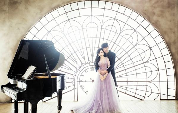 """Một chàng trai Trung Quốc vừa khiến đông đảo giới trẻ nước này xôn xao với bộ ảnh cưới chụp cùng một cô nàng búp bê có kích thước như người thật. """"Chú rể"""" năm nay 28 tuổi, còn cô nàng búp bê mới chưa đầy 1 tuổi."""