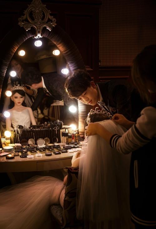 """""""Cô dâu búp bê"""" được trang hoàng kiều diễm trước giờ thực hiện bộ ảnh."""