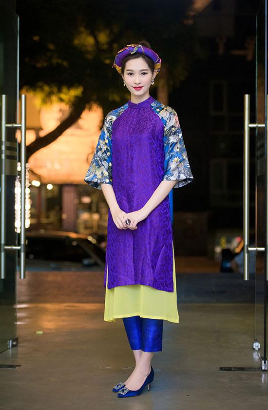 Tối qua, 08/11/2015 Hoa hậu Việt Nam 2012 Đặng Thu Thảo đã có sự xuất hiện đầy ấn tượng trên hàng ghế nóng cuộc thi Sakura Collection - Cuộc thi thiết kế thời trang nhằm tìm kiếm những tài năng trẻ trong ngành thiết kế thời trang tại khu vực châu Á.