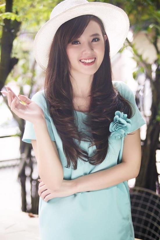 Sau ồn ào chuyện tình cảm với thiếu gia Phan Thành, Midu đang trở lại với công việc với tâm trạng khá. Cô nàng thường xuyên đăng tải status yêu đời và ảnh nở nụ cười rạng rỡ.