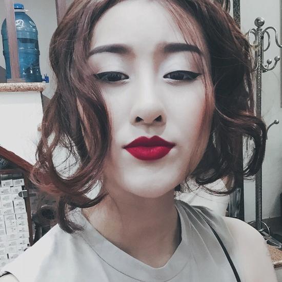 """Hà Lade khoe bức ảnh với màu son đỏ rực, tóc xoăn và tự nhận mình """"đanh đá""""."""