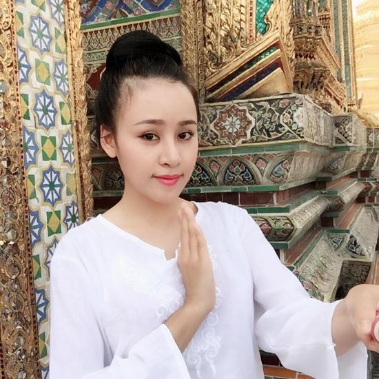 Huyền Anh cầu bình an ở chùa khi du lịch Thái Lan cùng mẹ và anh trai.