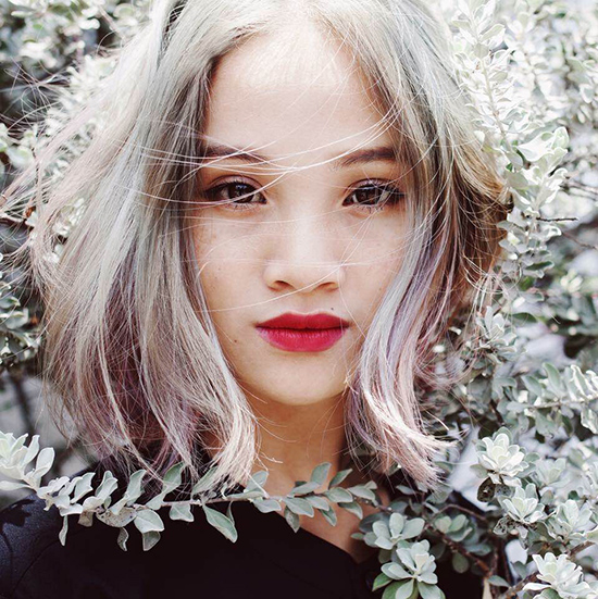 stylist-cua-kha-ngan-ung-ho-viec-mac-ao-dai-voi-giay-the-thao
