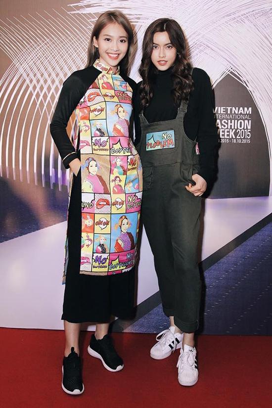 Bộ trang phục áo dài đi với quần lửng và giày thể thao này giúp Khả Ngân được nhiều đối tác nước ngoài chú ý và mời dự fashion show.