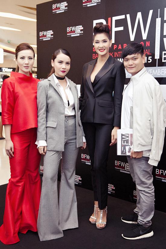 Tham dự Tuần lễ thời trang, Yến Trang Yến Nhi có cơ hội gặp gỡ, tiếp xúc nhiều nhân vật có tiếng trong giới thời trang Thái Lan. Trong hình bộ ba sao Việt tạo dáng bênLukkade Metinee - siêu mẫu, diễn viên điện ảnh