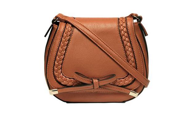 Saddle: Túi hình chữ U, được lấy cảm hứng từ những chiếc túi đeo trên yên ngựa thời xưa
