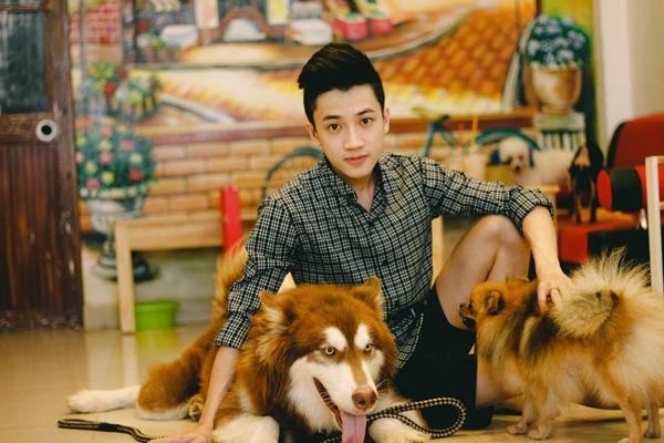 Hoàng Duy bên những chú thú cưng trong quán mình.