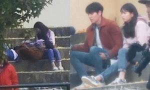 Kim Woo Bin gối đầu lên đùi Suzy trên phim trường